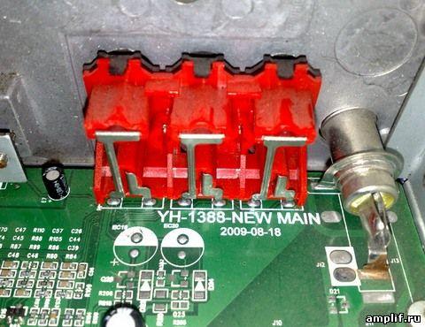 Сзади магнитолы есть входы, на которых подаем звуковой сигнал от мп3